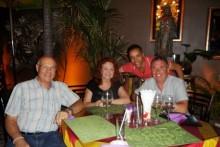 (Von links) Tony Portman und Elfi Seitz freuen sich über einen ganz lieben Besuch aus England von ihren Freunden Mustafa und David Anthony. David und sein Partner Mustafa lebten einige Jahre in Pattaya bevor sie wieder nach England zurückkehrten wo David eine geistige Heilpraxis betreibt.