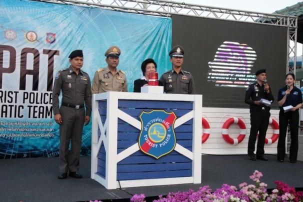 Vizeministerin für Sport und Tourismus, Prof. Chavanee Tongroach drückt auf den Knopf zum Stapellauf des neuen Bootes.