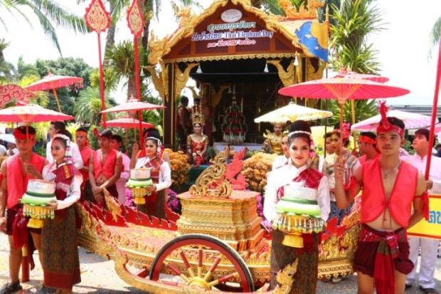 Tolle Aufführungen und Paraden wurden von Menschen und elefanten gemeinsam gezeigt.