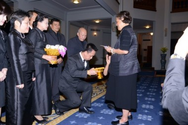 Prinzessin Maha Chakri Sirindhorn nimmt Spende von Dusit Thani Pattaya entgegen