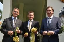 Botschafter Peter Prügel, Honorarkonsul Rudolf Hofer und Botschafter Enno Drofenik zerschneiden gemeinsam das Eröffnungsband.