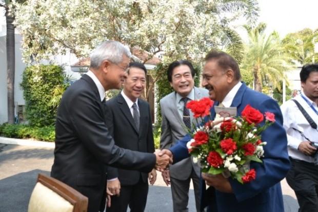 (von links) Vizebürgermeister Apichart Virapal, Bezirkshauptmann Naris Miramaiwong, Ronakit Ekasingh und Peter Malhotra begrüßen sich.