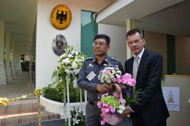 Rudolf Hofer erhält Blumen von Polizeichef Apichai Kroppech.