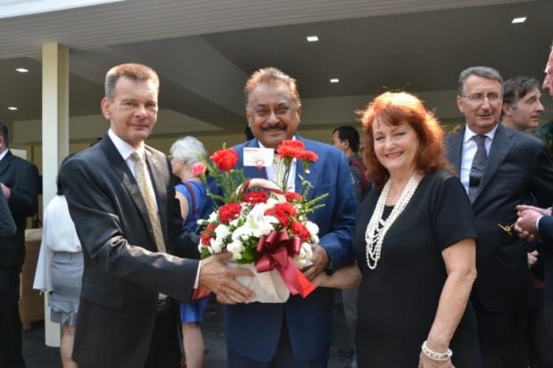 Peter Malhotra und Elfi Seitz übereichen im Namen von Pattaya Mail ein Blumengesteck an Rudolf Hofer.
