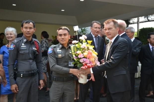 Polizeileutnant Rachna Makmanee ist ebenfalls mit Blumen zur Stelle.