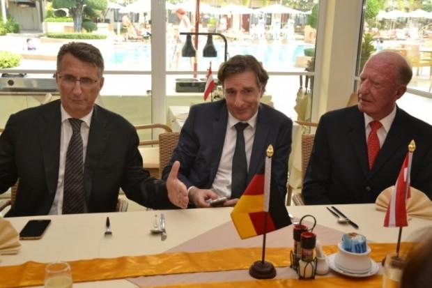 In ein intensives Gespräch vertieft sind (von links) Botschafter Peter Prügel, Botschafter Enno Drofenik und Gerrit Niehaus.