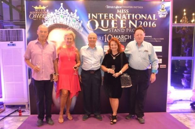 ...und Pattaya Mail/Pattaya Blatt Elfi Seitz ist mit Freunden unter den Zuschauern dabei: (von links) General Heinrich Schmidinger, Eva Schmidinger, Tony Portman, Elfi Seitz und Allan Riddell.