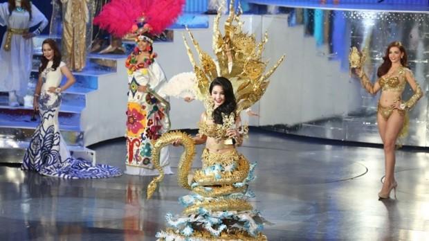 Die Laotin Wanmai Dhammawong gewann als 'Nagina' Schlange den preis für das schönste Nationalkostüm.