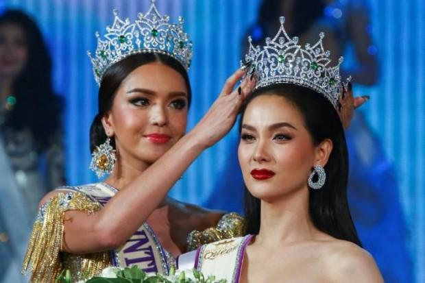 Trixie Marstella setzt ihrer Nachfolgerin Jiratchaya Sirimongkolnavin die Krone aufs Haupt.