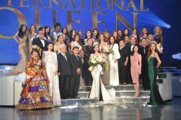Gruppenbild der 24 Teilnehmerinnen am Ende des Abends mit den Sponsoren, Jurymitgliedern und der großartigen Veranstalterin Alisa Phanthusak (im weißen Kleid rechts oberhalb der neuen Miss International Queen).