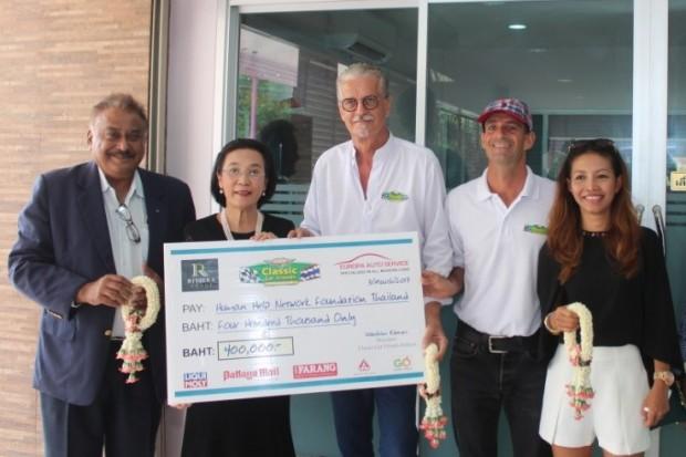 Jo Klemm, Martin Koller, Achara Koller, und Pratheep Singh Malhotra übergeben das Geld an Radchada Chomjinda.
