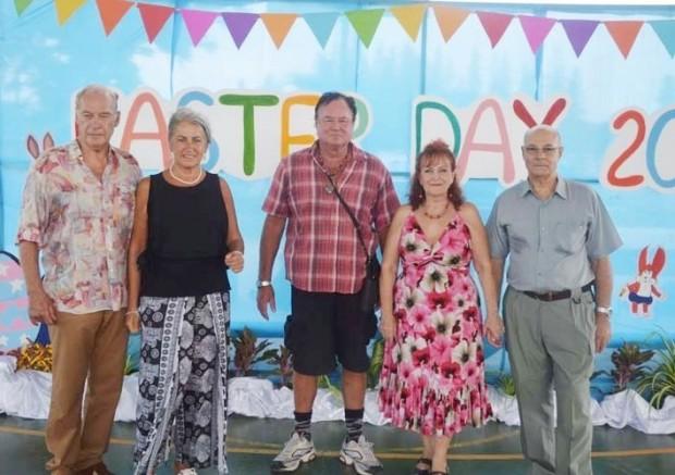 Der Osterhase und seine Helfer verkleidet als (von links) General Heinrich Schmidinger, Eva Schmidinger, Dieter Knittel, Elfi Seitz und Tony Portman.