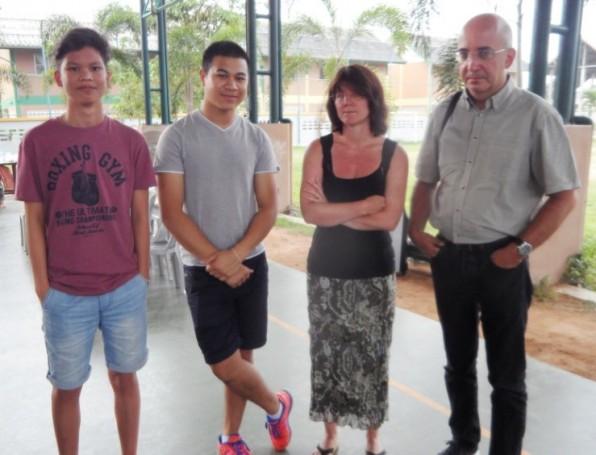 Die Kinder vom Drop-In Center mit ihren Betreuern.  Die deutsche Familie Claudia (2. von rechts) und Matthias Klotz (ganz rechts), die ein Mädchen vom Waisenhaus vor 7 Jahren adoptierten und die beiden Brüder Matteo und Yorrick Becker, die ebenfalls von einer Familie aus Deutschland 2000 und 2004 adoptiert wurden, waren zu Besuch in Pattaya.