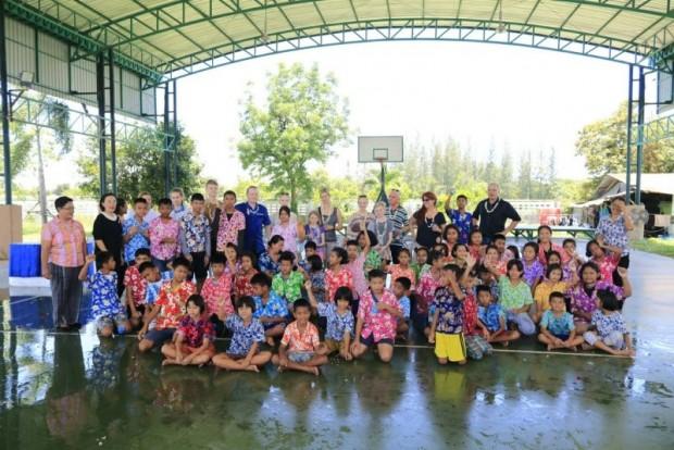 Die Kinder des Child Protection Centers mit den berühmten Gästen.
