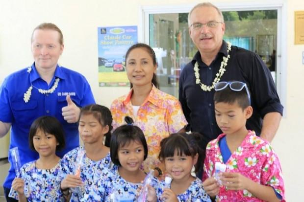 Der Gründer des HHN, Ewald Dietrich (rechts) mit Joey Kelly (links), einer Lehrerin und und einigen Kindern des ASIA Lernzentrums im Drop In Center.
