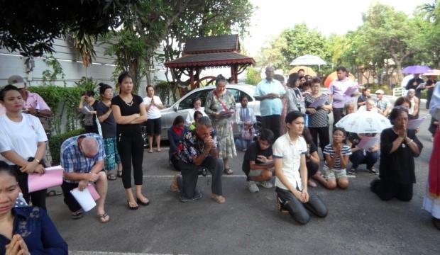 Der Kreuzweg wird von den Gläubigen unter Leitung von Pastor Philopp durchgeführt.