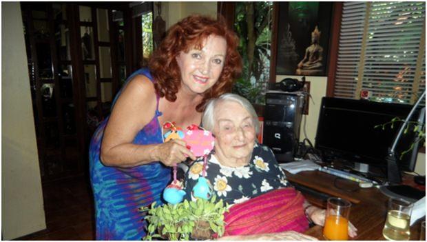 Elfi Seitz gratuliert der Jubilarin mit einem lustigen Blumenstock.