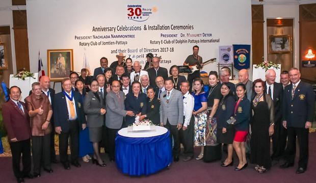 Viele Ehrengäste und Rotarier versammel sich zum Gruppenfoto.