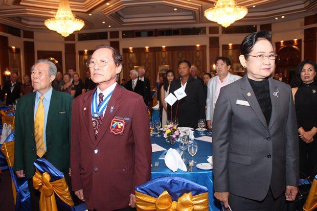 PDG Dr. Arnon Chirajavala, PDG Thongchai Lortrakanon und DGE Onanong Siripornmanut bei der Schweigeminute für verstorbene Rotarier.