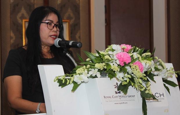 Naiyana Stark verkündet, dass ihr verstorbeneer Ehemann dem RC Jomtien 50.000 Baht hinterlassen hat um eine Dennis Stark Stiftung zu gründen