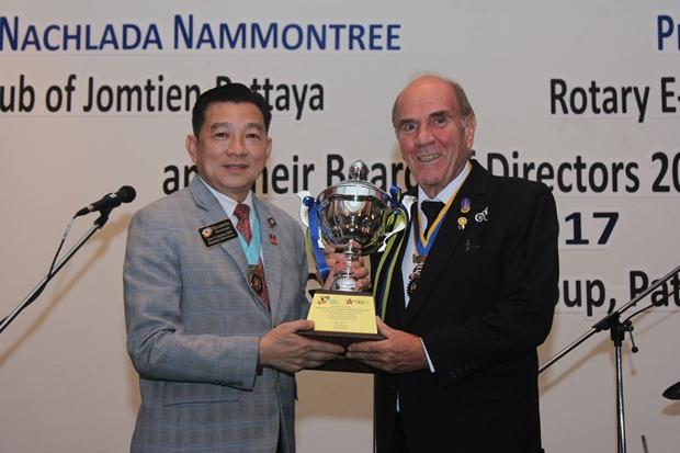 Distrikt Gouverneur Eknarong Kongpan überreicht Charter Präsident Dr. Otmar Deter vom Rotary E-Club Dolphin Pattaya International eine Trophäe für dessen gespendete Gelder im Wert von 5,5 Millionen Baht für diverse Projekte..