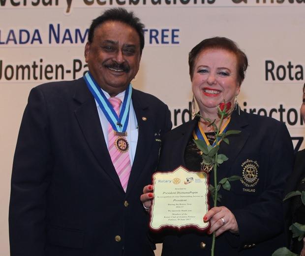 PDG Pratheep Malhotra überreicht eine Anerkennungsurkunde an Präsidentin Dzenana Popin für ihre ARbeit im Jahr 2016-17