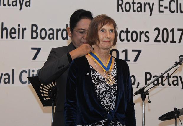 Die künftige Distrikt Gouverneurin Onanong Siripornmanut hängt Dr. Margret Otmar die Präsidentenkette um den Hals.