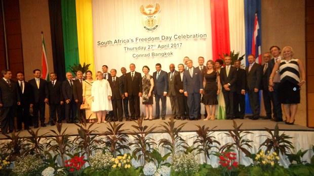 Alle Ehrengäste beim Gruppenfoto.