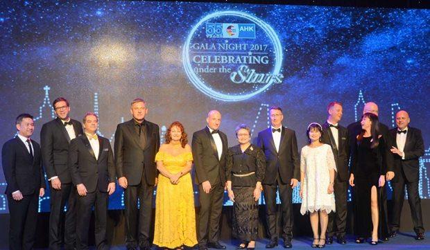 Die Sponsoren des Abends beim Gruppenbild gemeinsam mit den Ehrengästen. Elfi Seitz (gelbes Kleid) ist auf der Bühne für den nicht anwesenden Axel Brauer von Brauer Holding.