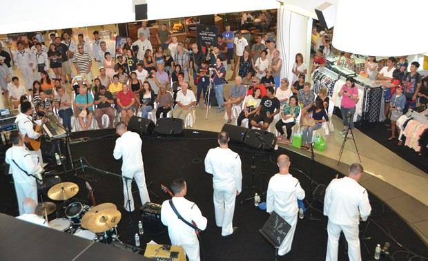 Die 7th Fleet Band der US Navy rockt wieder einmal die Bühne.