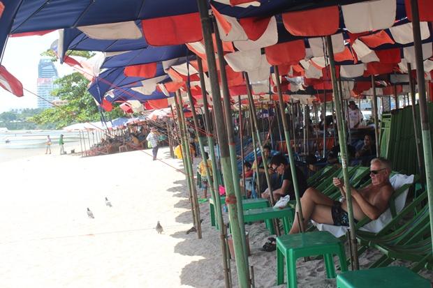 Um die Arbeiten am Strand-Facelift nicht zu behindern, dürfen Strandbetten und Sonnenshirme nun an zwei Tagen in der Woche nicht aufgestellt werden.
