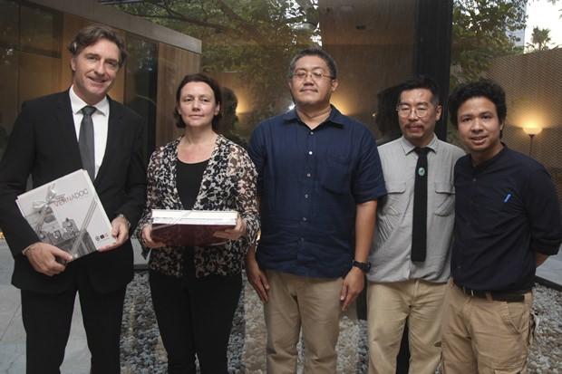 (Von links) Österreichs Botschafter Enno Drofenik, Architektin Marlies Breuss, Chartchalerm Klienpatinon, der Generalsekretär von ASA und zwei seiner Mitarbeiter, stellen das neue Botschaftsgebäude vor.