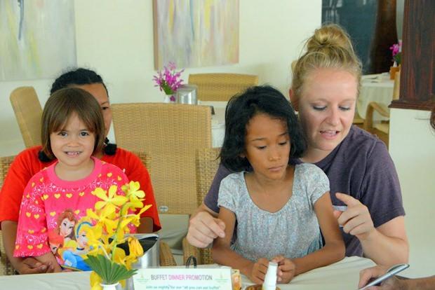 Kathie Mount mit einigen Kindern.