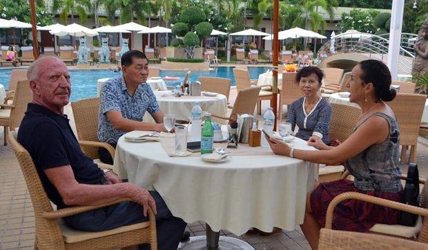 Im Gespräch (von links) Gerrit Niehaus, General Boongird, Khun Oranong und Anselma Niehaus.