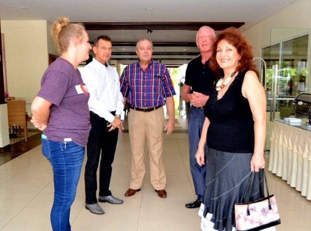 (von links) Kathie Mount wird von Honorarkonsul Rudolf Hofer, Generalmanager Rene Pisters, Gerrit Niehaus und Elfi Seitz begrüßt.