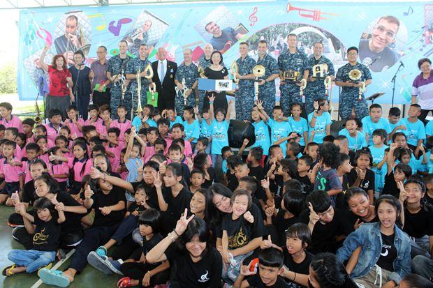 Gruppenbild mit Kindern und Ehrengästen.