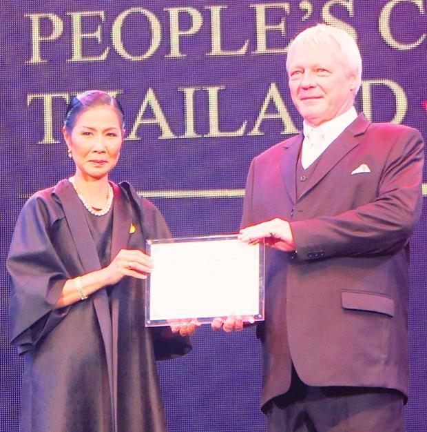 Klaus Jürgen erhält in Bangkok den ersten Preis der Kategorie Attraktion aus den Händen von Tourismus und Sportministerin Kobkarn Wattanavrangkul.