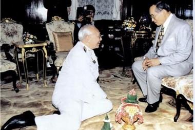 Seine Majestät König Bhumibol Adulyadej erteilt Bhichai Rattakul eine Adienz bevor dieser seine Reise als Präsident von Rotary International in 2002-03 beginnt.