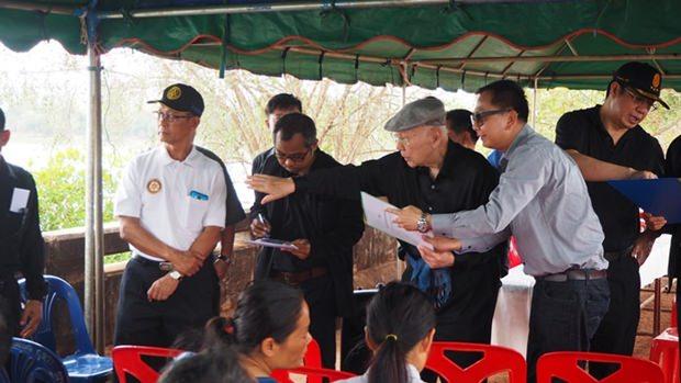 Bhichai Rattakul reiste selbst nach Nong Nontai in der Sakon Nakhon Provinz um persönlich das Monkey's Cheek (Affenwangen) Projekt zu inspizieren.