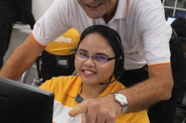 Mike Plaxton hilft den behinderten Angstellten sich zurechtzufinden. Die Angestellten im Callcenter des Redemptoristen Centers erhalten dasselbe Gehalt wie alle seine Angestellten.