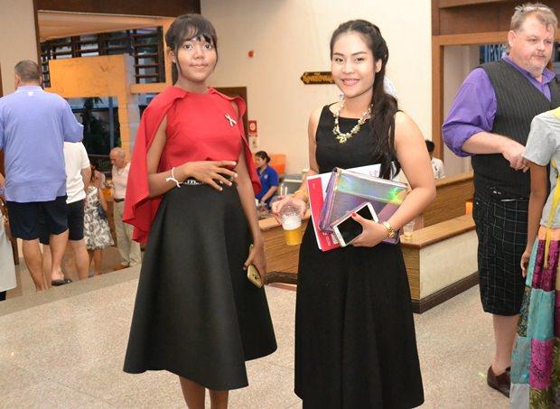 Rose's Tochter Swan (links) und eine Freundin gingen außerdem noch fleißig weitere Spenden einsammeln.