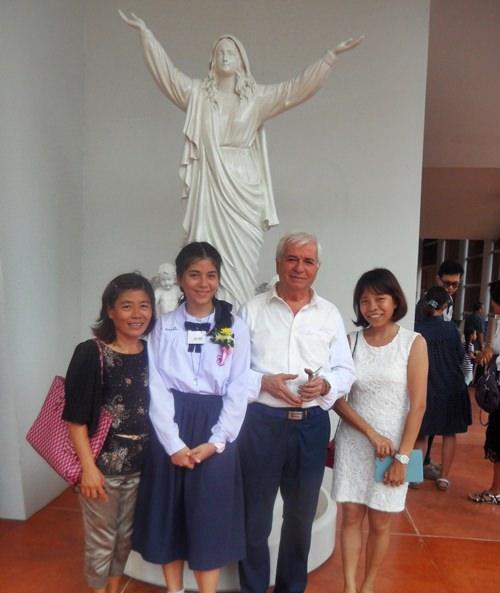 Die Familie Battaglino vor der marienstatue der Assumption Kirche. Von links: Frimling Rita, Mutter Ket, Vater Paolo und Schwester Mae.