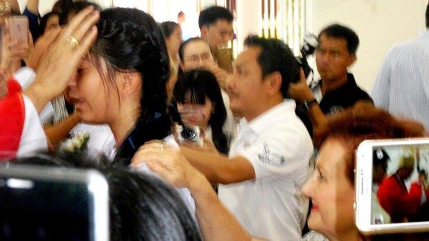 Bischof Silvio führt bei Rita die Firmung durch. (Leider wurde dieses einzige Foto etwas verwackelt durch das Gedränge).