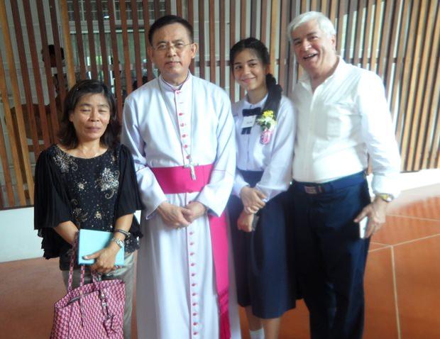 Ket, Rita und Paolo beim Erinnerungsfoto mit Bischog Silvio (2. von links)