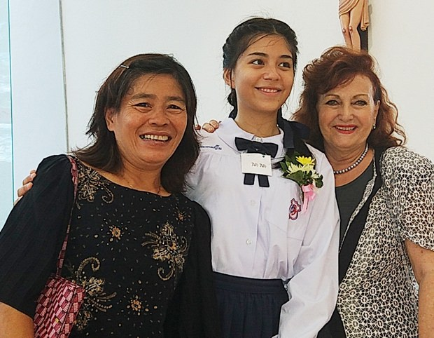Mutter Ket und Firmpatin Elfi beglückwünschen Rita.