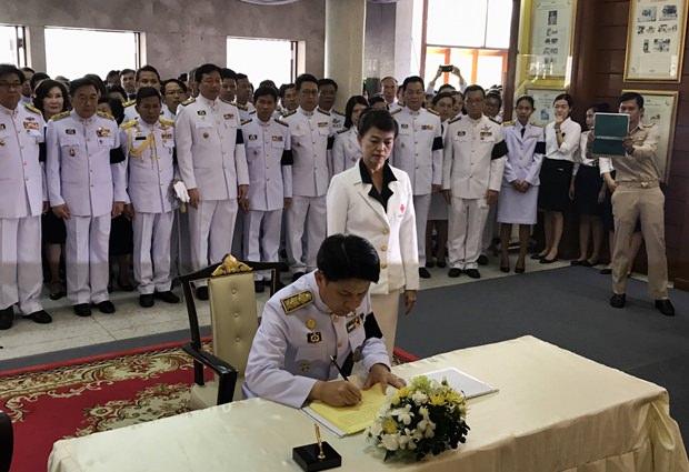 Chonburis Gouverneur leitet die Festlichkeiten in der Chonburi Stadthalle.