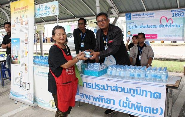 Kostenlose Wasserverteilung in Huay Yai.