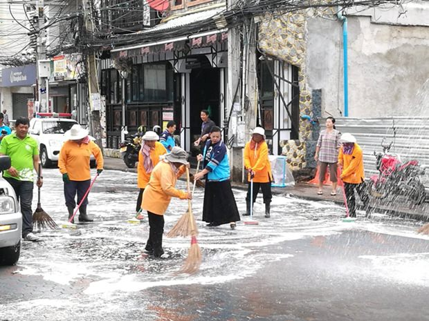 Viele reinigen auch die Straßen in der Walking Street.