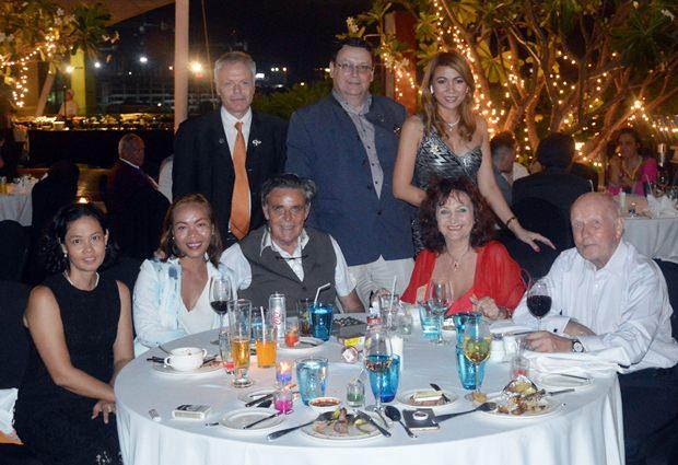 Der Präsident des neuen deutschsprachigen Rotary clubs 'DACH', Werne Kubesch (2. von rechts stehend) und dessen Gattin werden von Phönix Mitgliedern umringt.
