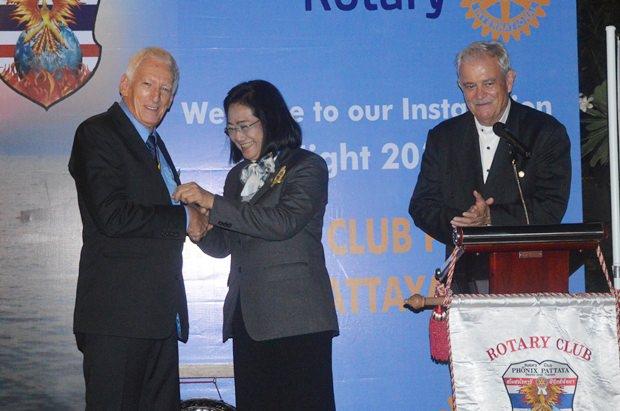 Distriktgouverneurin Onanong Siripornmanut setzt den alten Präsidenten Peter Schlegel wieder als neuen Präsidenten ein. Hubert Meier, der durch den Abend führte, freut sich mit den beiden.